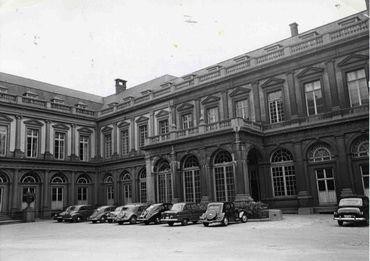 Dans la cour d'honneur du Palais d'Egmont en 1953.