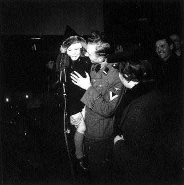 Photo n°2 - Radio Bruxelles ouvre son antenne aux auditeurs : messages personnels et dédicaces musicales, pour les amis, la famille, les prisonniers et les soldats belges engagés dans la légion Wallonie-SS.
