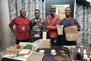 Dalu Kunene (à gauche) veut fabriquer des produits industriels à base de chanvre.