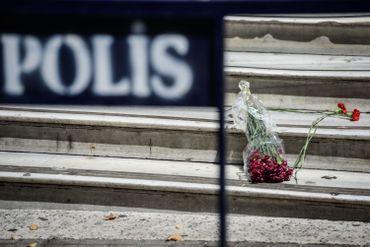 Cette photo, prise le 15 juillet, montre des fleurs déposée en hommage aux victimes de Nice devant le consulat français à Istanbul.