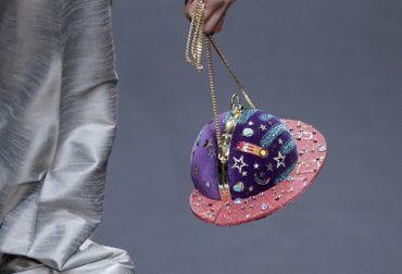 Manish Arora, qui a célébré le cosmos, a présenté des petits sacs à main en forme de planètes.