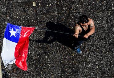Un manifestant lors d'un rassemblement organisé le 20 octobre à Santiago.