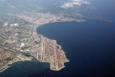 Aéroport de Nice, sis le long de la grande bleue, en juillet 2019