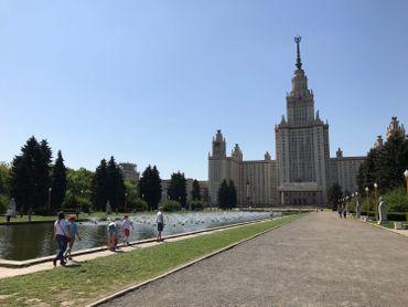 """L'un des 7 grate-ciel stalinien de la capitale sur le lieu dit: """"La colline aux moineaux""""."""