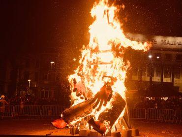 Le rondeau final du Carnaval de Charleroi s'est terminé par le brûlage du Corbeau aux Idées Noires.