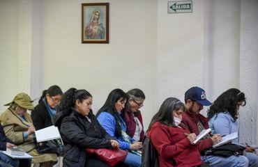 Des catholiques ultra-conservateurs de Colombie écoutent Rafael Arango, le 2 septembre 2017 au siège de la Corporation Bethléem Maison Fraternelle, dans le nord-ouest de Bogota.