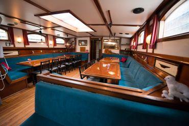 Un voilier tout entier se loue sur l'un des canaux d'Amsterdam.