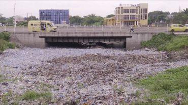 En plein cœur de Kinshasa: une rivière de plastique