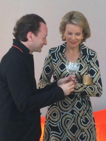 La Reine Mathilde contemple un objet