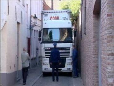 Un camionneur piégé par son GPS dans une rue étroite à Bruges