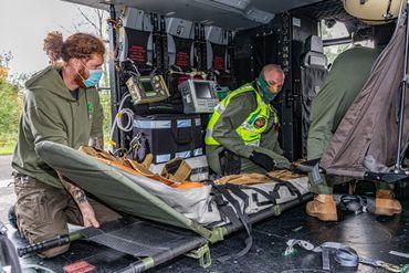 L'hélicoptère est parfaitement adapté à la prise en charge d'un patient sur civière, entouré d'une équipe médicale de trois personnes.