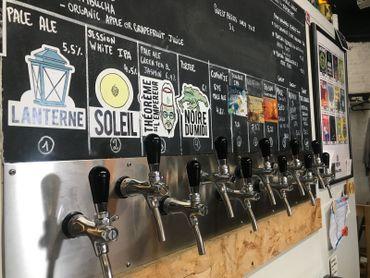 La brasserie à quatre bières permanentes et sort une bière éphémère chaque mois