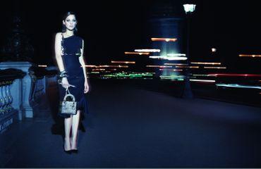 Marion Cotillard prend à nouveau la pose pour le sac Lady Dior
