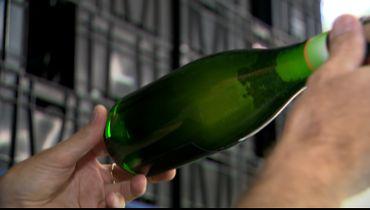 Les bouteilles de 75cl refermentent couchées. Ça permet à la levure de se déposer sur une plus grande surface et de développer des goûts différents