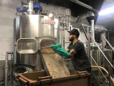 Aujourd'hui, la bière est brassée à Anderlecht, dans des installations professionnelles