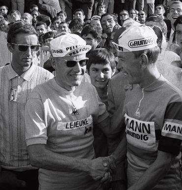 Herman Vanspringel félicite Jan Janssen à l'arrivée du Tour 1968