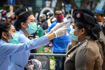 Prise de température pour les forces de l'ordre à Bangkok, ce 1er mars