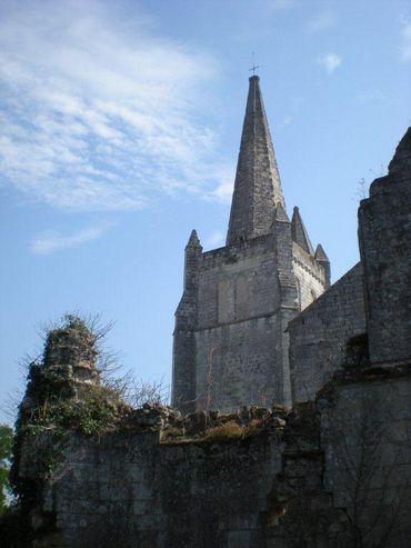 Assez étrangement, le clocher de l'église abbatiale n'est pas sans évoquer les tours du Plat Pays…