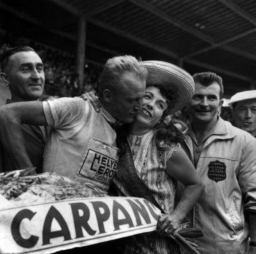 Une des récompense du cycliste français Jean Graczyk qui s'imposa à Toulouse en 1960: le baiser à Yvette Horner
