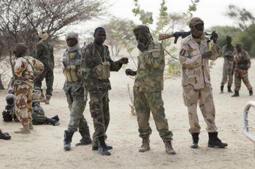 Des soldats de l'armée tchadienne, en chemin pour le Lac Tchad, sont arrêtés à la frontière soudanaise, le 6 mars 2015. Dans cette région, les islamistes de Boko Haram sont très présents.