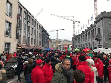 À vue d'œil, ils sont plusieurs centaines de manifestants
