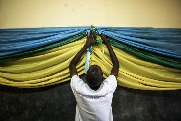 Un responsable des bureaux de vote à Kigalipeaufine les derniers détails dans le drapeau Rwandais.
