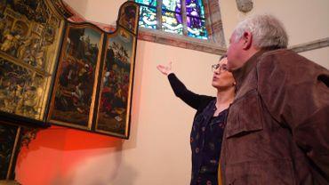 Dans l'Eglise Saint-Nicolas, Guy Lemaire admire le majestueux retable qui provient de la chapelle privée du château des ducs d'Arenberg