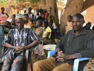 Ouetraougo Mohamadi et son père Gigma Baccari, dans le village de Koumbri