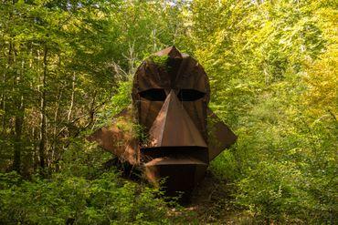 """Sur 45 kms de sentiers balisés organisés en 7 circuits, une centaine d'œuvres d'art contemporain fait vibrer """"Vent des Forêts""""."""
