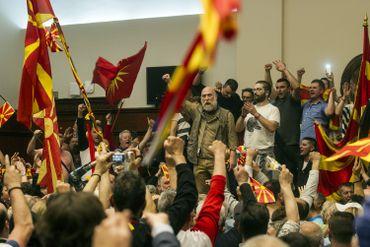 Manifestants dans le parlement macédonien à Skopje le 27 avril 2017