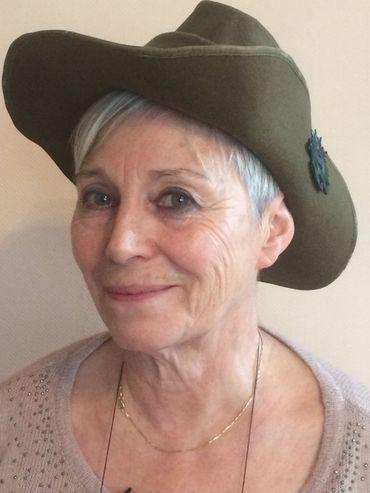 """Claire Dujardin coiffée du """"slouch hat"""". Elle n'a pas pu percer jusqu'au bout le mystère du lit de camp de l'Australien et de sa grand-mère"""