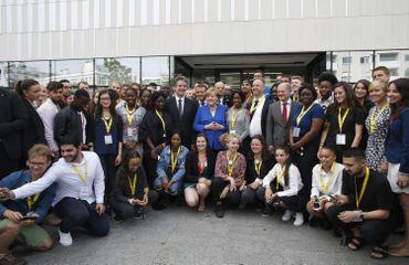 Angela Merkel et Emmanuel Macron entourés de jeunes de l'office franco-allemand pour la jeunesse