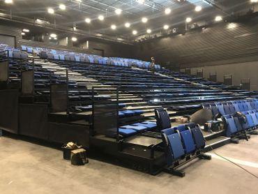 Environ 850 places assises dans la grande salle, mais 1500 places debout si on rétracte les gradins.