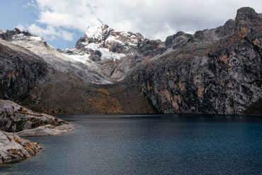 Le glacier Churup au-dessus de la vallée de Huaraz à 4450 m d'altitude (Pérou).