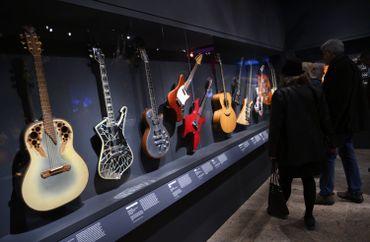 Elvis, Hendrix, The Rolling Stones : leurs instruments culte exposés à New York
