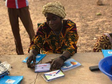 25 femmes sont membres de la Caisse de résilience à Ronga, un programme soutenu par la Coopération belge. Dans la région, 900 familles en bénéficient.