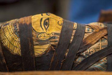 """Saqqara: l'Egypte dévoile 59 sarcophages intacts, """"début d'une grande découverte"""""""