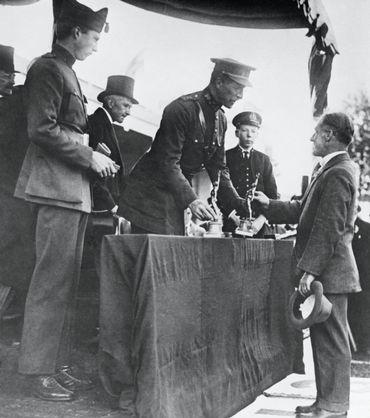 Albert I, roi des Belges, remet son prix olympique à Nedo Nadi