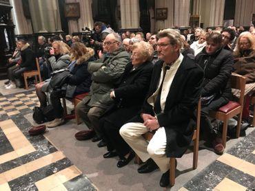 """""""Il nous manque trop"""": les fans de Johnny Hallyday lui ont rendu homme lors d'une messe, deux ans après sa mort"""