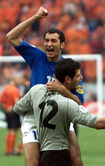 Après avoir arrêté les ballons, Toldo stoppe même Iuliano