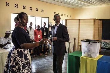 Paul Kagame en compagnie de sa femme, Jeannette à leur arrivée au bureau de vote de Kigali.