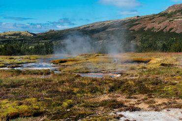Dans la région de Flúdir, le sol est bouillonnant, fumant et la chaleur naturelle est visible à l'œil nu.