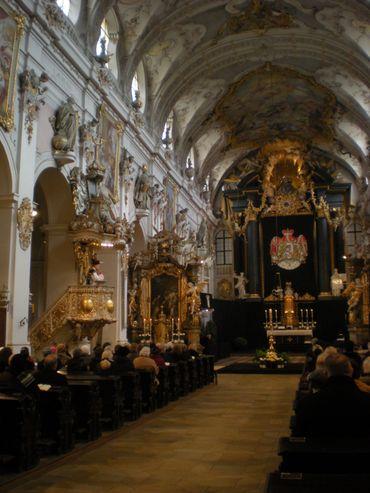 Une vue de la basilique St Emmeram, romane extérieurement, totalement baroque à l'intérieur et drapée de noir pour la messe de requiem en l'honneur des défunts de la famille princière.