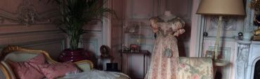 Les chambres elles aussi ont gardé le parfum du passé. Leurs armoires s'ouvrent sur les toilettes et falbalas des dames d'autrefois.