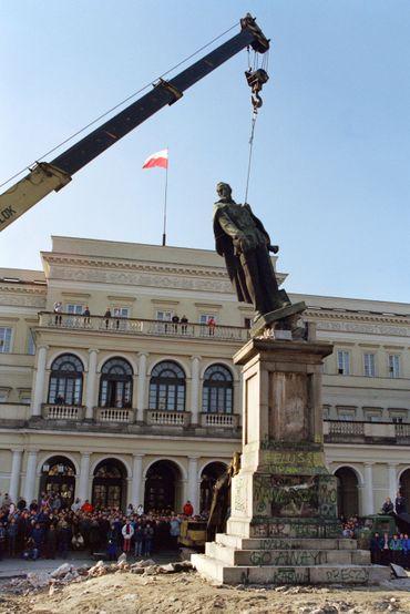 Démontage de la statue de Felix Dzerjinski à Varsovie en 1989