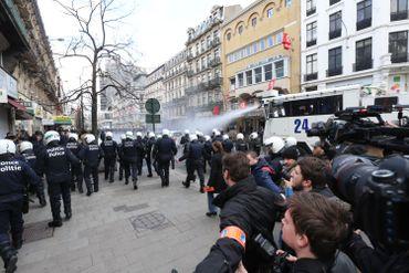 """La police repousse les """"hooligans"""" vers la place De Brouckère en faisant usage de l'autopompe."""