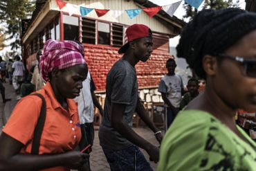 Outre les couleurs nationales, de nombreux Rwandais affichent les couleurs du FPR, le parti de Paul Kagame.