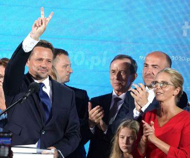 Rafal Trzaskowski, le maire de Varsovie, faisant le signe de la victoire, ce 28 juin 2020