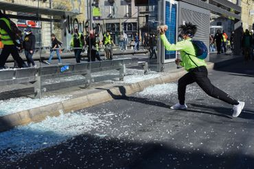 Un homme lance un pavé sur un arrêt de tram à Montpellier