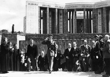 Cérémonie de commémoration, en 1951, en présence de Baudouin de Belgique